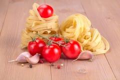 Het einoedels van het nest met tomaten Stock Afbeeldingen