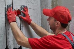 Het Elecricianwerk Het installeren van muur elektrische afzet met laserniveau royalty-vrije stock foto