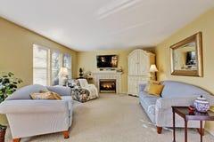 Het elegante binnenland van de familieruimte met lichtblauwe banken Royalty-vrije Stock Foto's