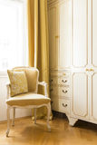 Het elegante binnenland van het luxehuis met parket houten vloeren, zijdegordijnen en mooi meubilair stock afbeeldingen