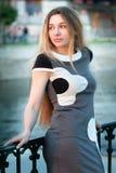Het elegante blonde vrouw openlucht stellen stock foto's
