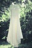 Het elegante de kleding van het kanthuwelijk hangen stock afbeeldingen