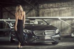 Het elegante de vrouw van de blondeluxe stellen Royalty-vrije Stock Foto's