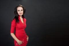 Het elegante jonge donker-haired meisje van de schoonheid Royalty-vrije Stock Foto's