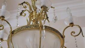 Het elegante kroonluchter hangen onder het plafond stock video