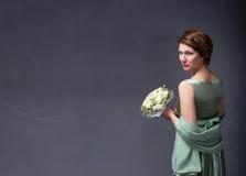 Het elegante meisje van Nice met bloemen op hand stock fotografie