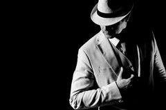 Het elegante mens stellen in dark Stock Foto