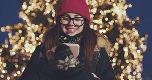 Het elegante mooie vrouw texting op smartphone in de stad stock footage