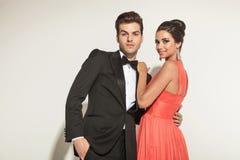 Het elegante paar omhelzen Stock Afbeelding