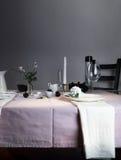 Het elegante Plaatsen van de Lijst Kerstmis romantisch diner - tafelkleed, bestek, kaarsen, bloemen, knoppen Royalty-vrije Stock Afbeeldingen