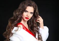 Het elegante portret van de manier donkerbruine vrouw in witte bontjas Rood l Royalty-vrije Stock Afbeelding