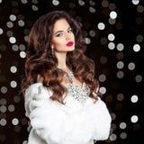 Het elegante portret van de manier mooie donkerbruine vrouw in wit bont c Royalty-vrije Stock Foto's