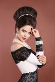Het elegante portret van de maniervrouw Donkerbruine dame met make-up en Ha Stock Fotografie