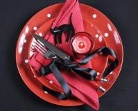 Het elegante rode en zwarte de plaats van de de partijeettafel van themahalloween plaatsen Stock Foto