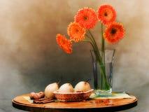 Het elegante vensterbankleven met oranje bloemen Stock Foto's