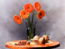 Het elegante vensterbankleven met oranje bloemen Royalty-vrije Stock Foto