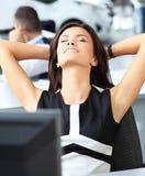 Het elegante vrolijke vrouw ontspannen in bureau Royalty-vrije Stock Foto