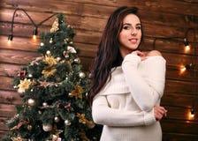 Het elegante vrouw stellen in romantische Kerstmis Royalty-vrije Stock Foto