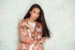 Het elegante vrouw stellen in studio stock foto