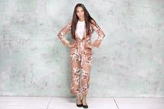 Het elegante vrouw stellen in studio stock fotografie