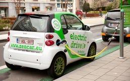Het elektrische auto laden Stock Foto