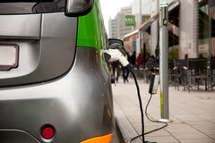 Het elektrische auto laden royalty-vrije stock foto