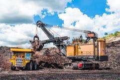 Het elektrische kabelschoppen laden van steenkool, erts op de stortplaatsvrachtwagen Th stock afbeeldingen
