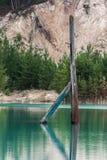 Het elektrische pijler plakken uit water Stock Foto's