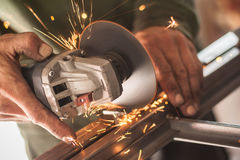 Het elektrische wiel malen op staalstructuur in fabriek stock foto's
