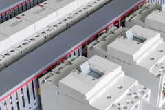 In het elektrokabinet zijn opgezette stroomonderbrekers, modulaire schakelaars royalty-vrije stock foto