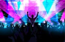 Het elektronische festival van de dansmuziek met dansende mensen omhoog handen Stock Foto's