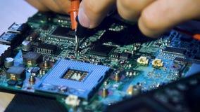 Het elektronische motherboard van de vernieuwingsreparatie testen stock video