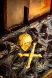 Het element van Russisch Orthodox Kerkbinnenland, door en de beenderen sneden van hout stock foto