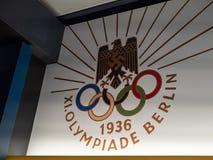 Het embleem en het teken van Berlin Olympics op muur wordt getoond die royalty-vrije stock foto