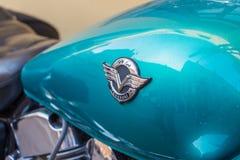 Het embleem op de brandstoftank van een close-up van motorfietskawasaki royalty-vrije stock fotografie
