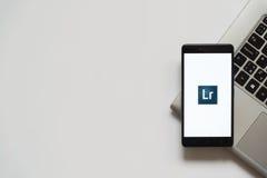 Het embleem van Adobe Photoshop Lightroom op het smartphonescherm Stock Afbeelding