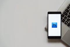 Het embleem van Adobe photoshop op het smartphonescherm Royalty-vrije Stock Afbeelding