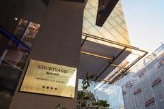 Het embleem van binnenplaatsmarriott op hun hoofdhotel in Servië Het Bedrijf van binnenplaatsmarriott is een merk wereldwijd van  royalty-vrije stock afbeelding