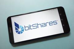 Het embleem van BitSharesbts cryptocurrency op smartphone wordt getoond die royalty-vrije stock afbeelding