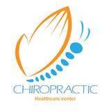 Het embleem van de chiropraktijkkliniek met vlinder, symbool van hand en rotatie vector illustratie