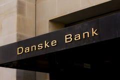 Het embleem van de Danskebank op voorzijde van tak De Danskebank is de grootste bank in Denemarken en een belangrijke kleinhandel royalty-vrije stock foto's