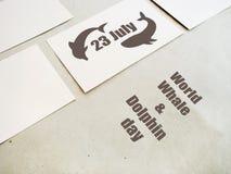 Het embleem van de de Dolfijndag van de wereldwalvis 23 juli Stock Fotografie