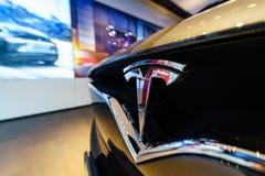 Het embleem van de full-sized, alle-elektrische, luxe, oversteekplaats SUV Tesla Modelx Stock Afbeeldingen