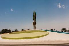 Het embleem van de Koning Abdullah University van Wetenschap en Technologie zoals die van de grond, Thuwal, Saudi-Arabië wordt ge stock foto's