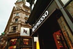 Het embleem van de Nespressoopslag op een het winkelen straat in Wenen, Oostenrijk Stock Fotografie