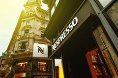 Het embleem van de Nespressoopslag op een het winkelen straat in Wenen, Oostenrijk Stock Afbeeldingen