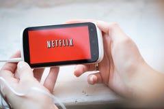 Het embleem van de Netflixdienst op telefoon Royalty-vrije Stock Afbeelding