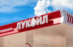 Het embleem van de oliemaatschappij Lukoil op het benzinestation Lukoil Stock Foto's