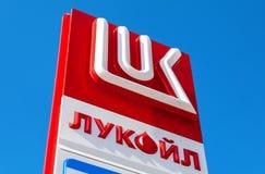 Het embleem van de oliemaatschappij Lukoil tegen de blauwe hemel backgr Royalty-vrije Stock Foto's