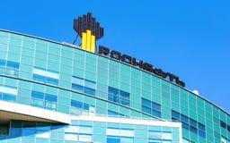 Het embleem van de oliemaatschappij Rosneft op het bureaugebouw Stock Afbeelding